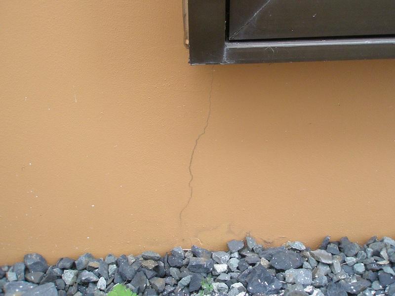 地震によるコンクリートのひび割れの特徴について解説