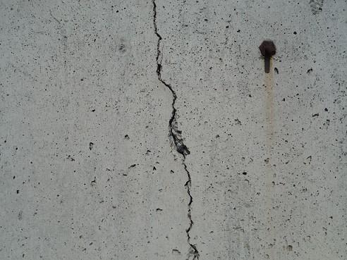 コンクリートのひび割れの原因と補修方法