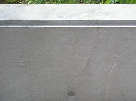 住宅のコンクリート壁にひび割れが起こる原因と補修方法