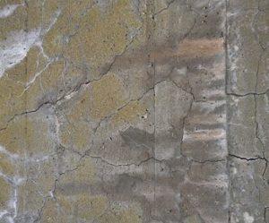 アルカリシリカ反応によるコンクリートのひび割れ