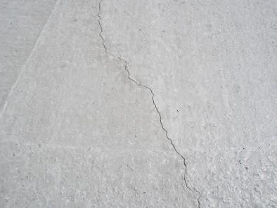 コンクリートの床にひび割れが起こる原因とその対処方法