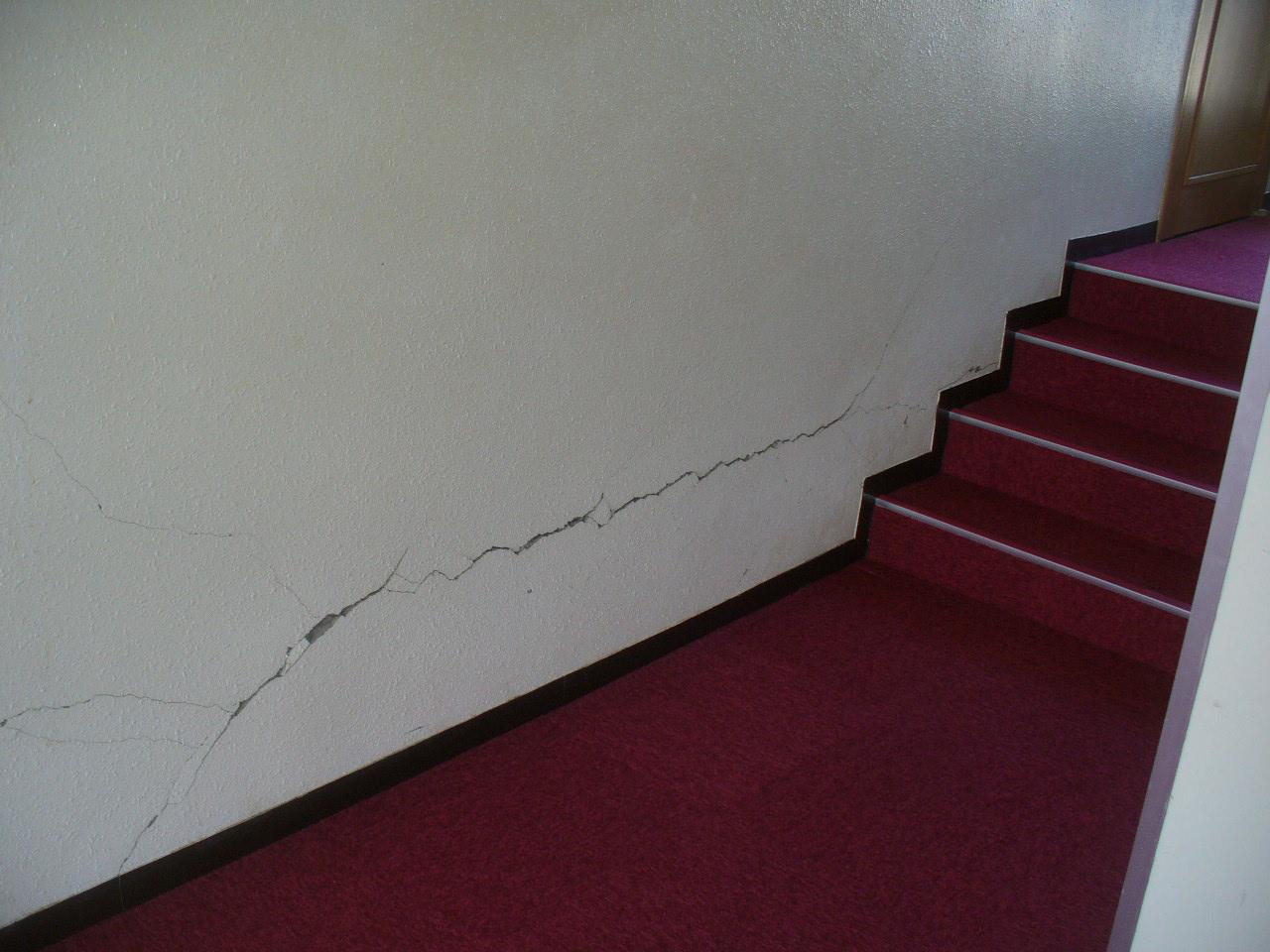 地震で壁にできたひび割れについて