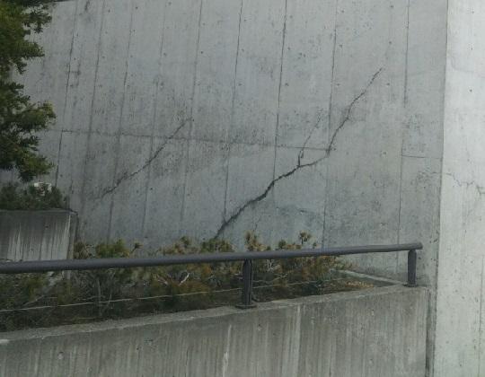 コンクリート塀のひび割れ(亀裂)と補修方法